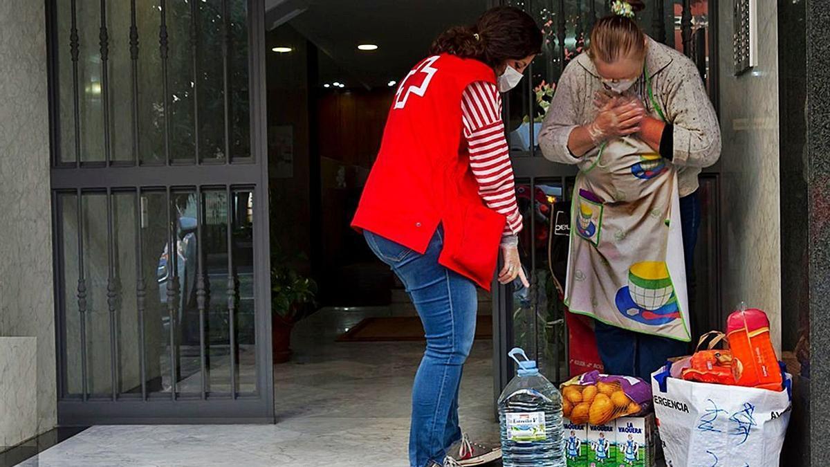 Los voluntarios de Cruz Roja  han hecho posible la entrega  de alimentos en los  domicilios. Cruz Roja