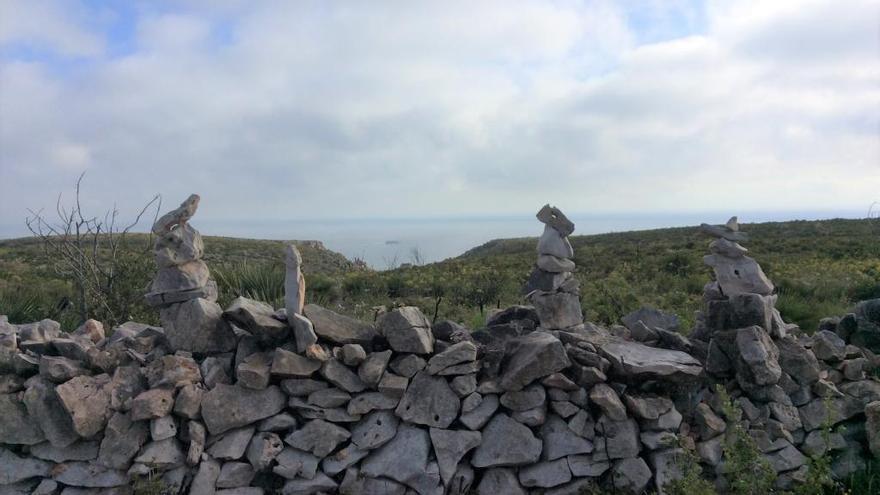 La dañina moda de amontonar piedras irrumpe en el Montgó