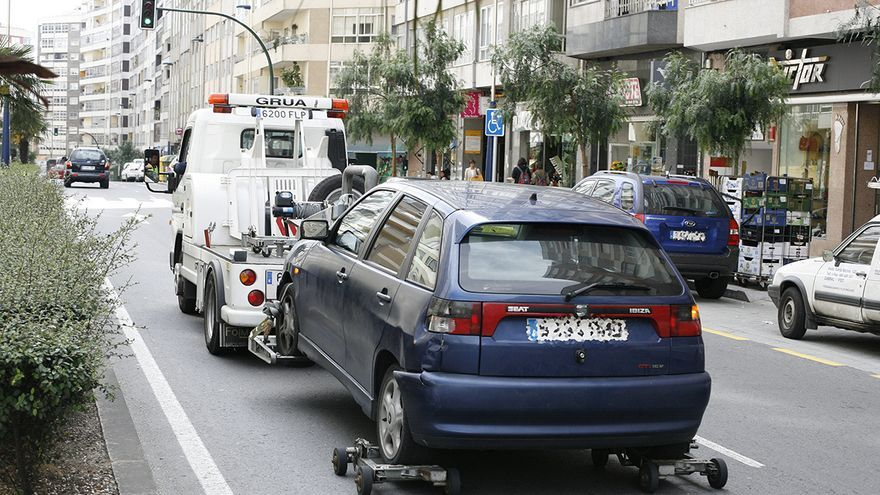 Golpea a un policía de Vigo con el coche al intentar escapar de la grúa