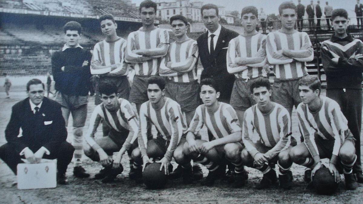 Manuel, tercero por la izquierda de pie, con el equipo del Sporting Coruñés en el estadio de Riazor.   | // LA OPINIÓN