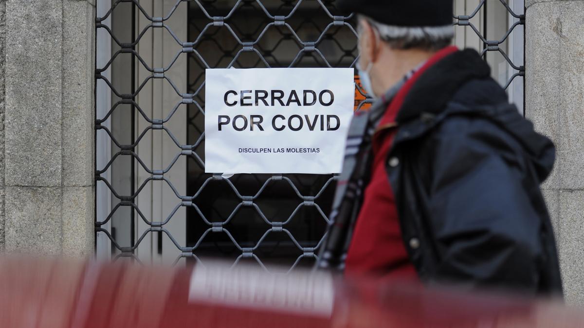 Un comercio cerrado en Oviedo. | IRMA COLLÍN