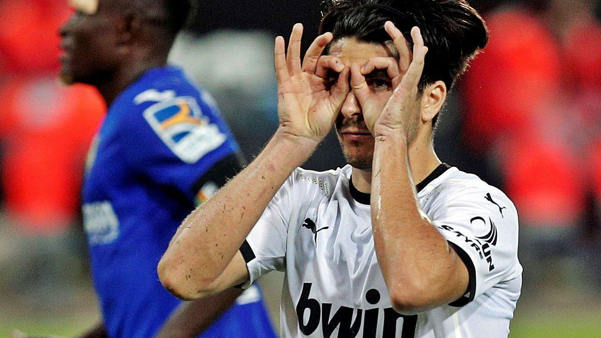 Carlos Soler completó su celebración de gol, tras el gesto de callar, con este otro.  | EFE / KAI FÖRSTERLING