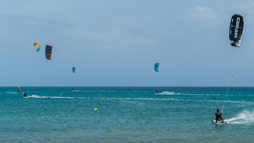 Kitesurf en la playa de Jinámar, en Gran Canaria