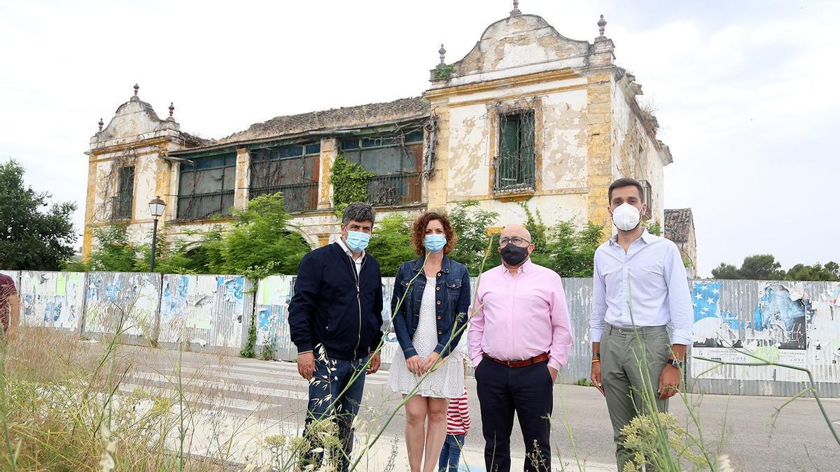 Rafael Llamas, Raquel Casado, Francisco Lucena y Sergio Urbano, a las puertas del edificio de El Parador en Montilla.