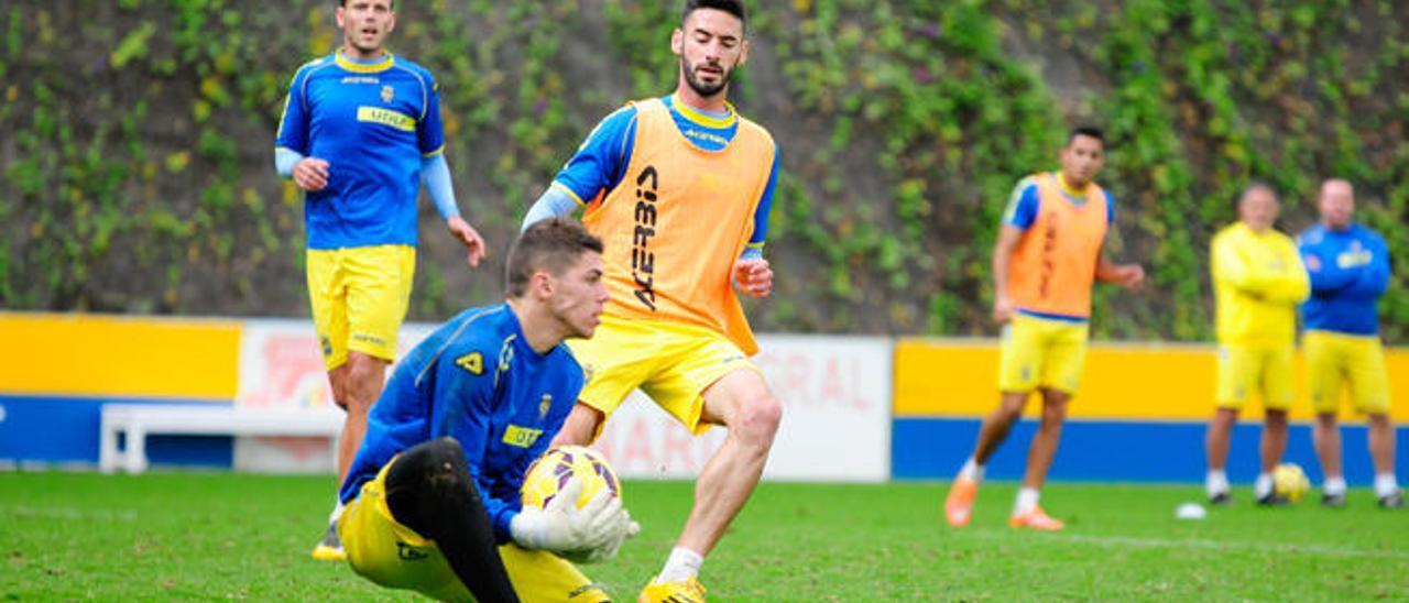 Héctor Figueroa acosa a Raúl Lizoain en el entrenamiento de ayer.