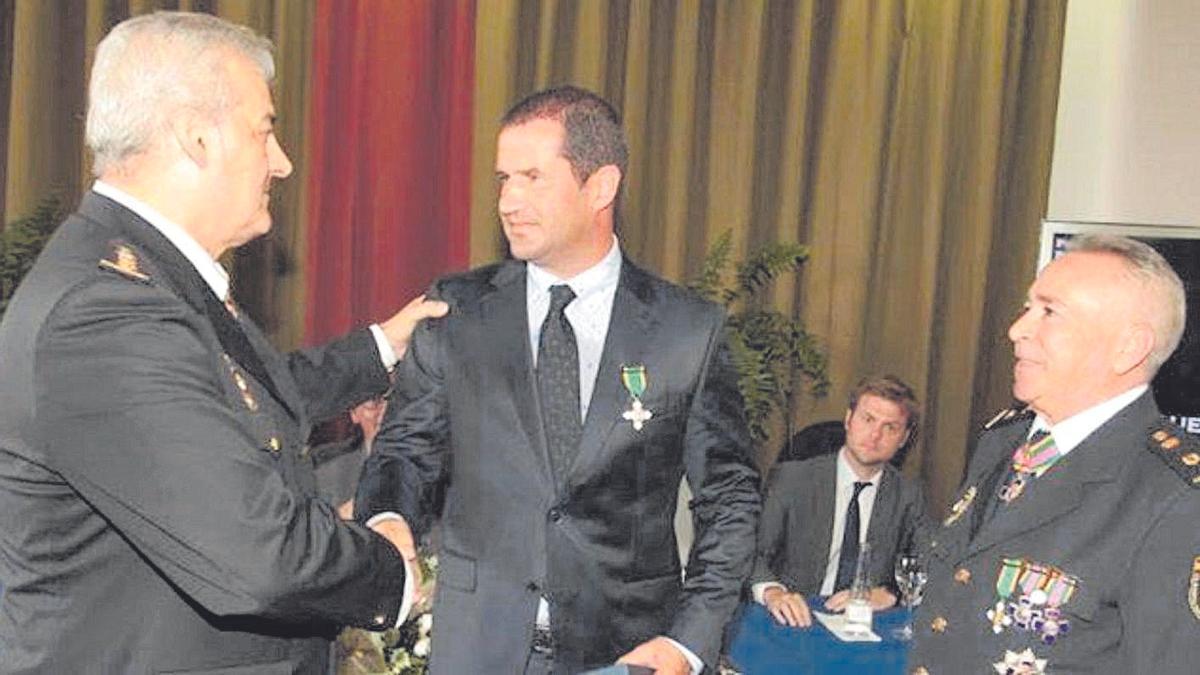El juez Ricardo Fiestras, recibiendo una condecoración de la Policía Nacional en 2018
