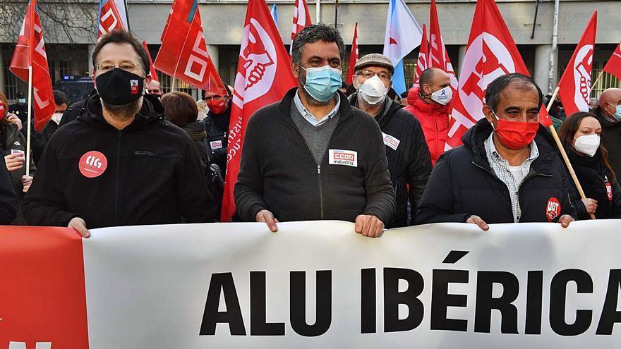 """Comisiones, UGT y CIG condenan la """"brutalidad"""" de Alu Ibérica y exigen una """"solución industrial"""""""