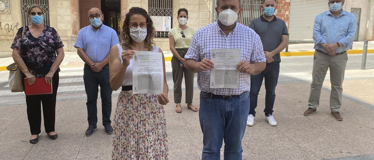 El alcalde José Manuel Penalva y la edil de Igualdad, Ana Vanesa Mas, con otros miembros del equipo de gobierno de Crevillent mostrando la denuncia de Vox