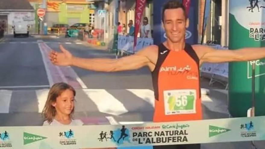 Víctor Martínez y Lucía Alberola ganan la carrera matutina de Cullera