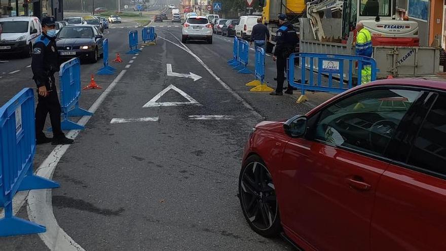 La rotura de una tubería levanta el asfalto afecta en O Temple