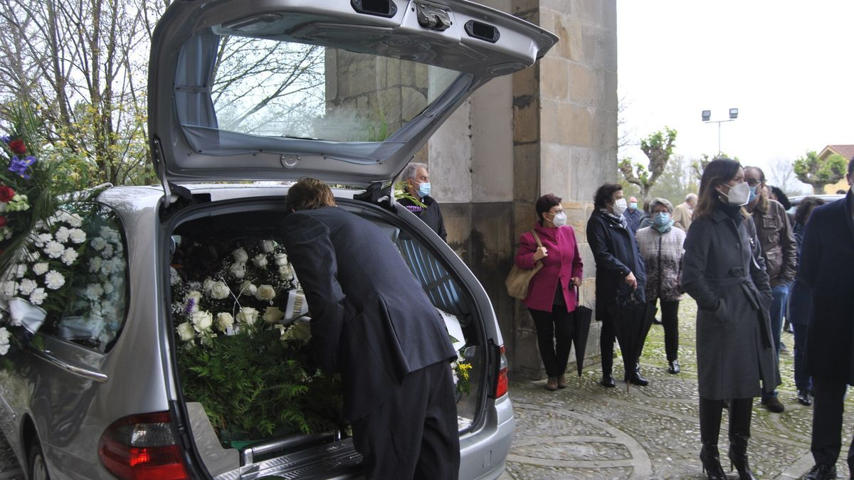 Asistentes al funeral por Manuel Villa en Noreña.