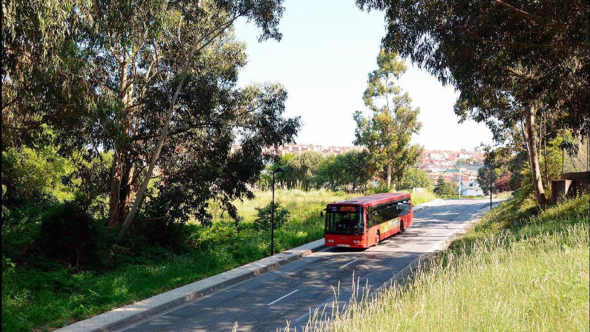 Un autobús pasa por la zona en la que se ubicará el proyecto