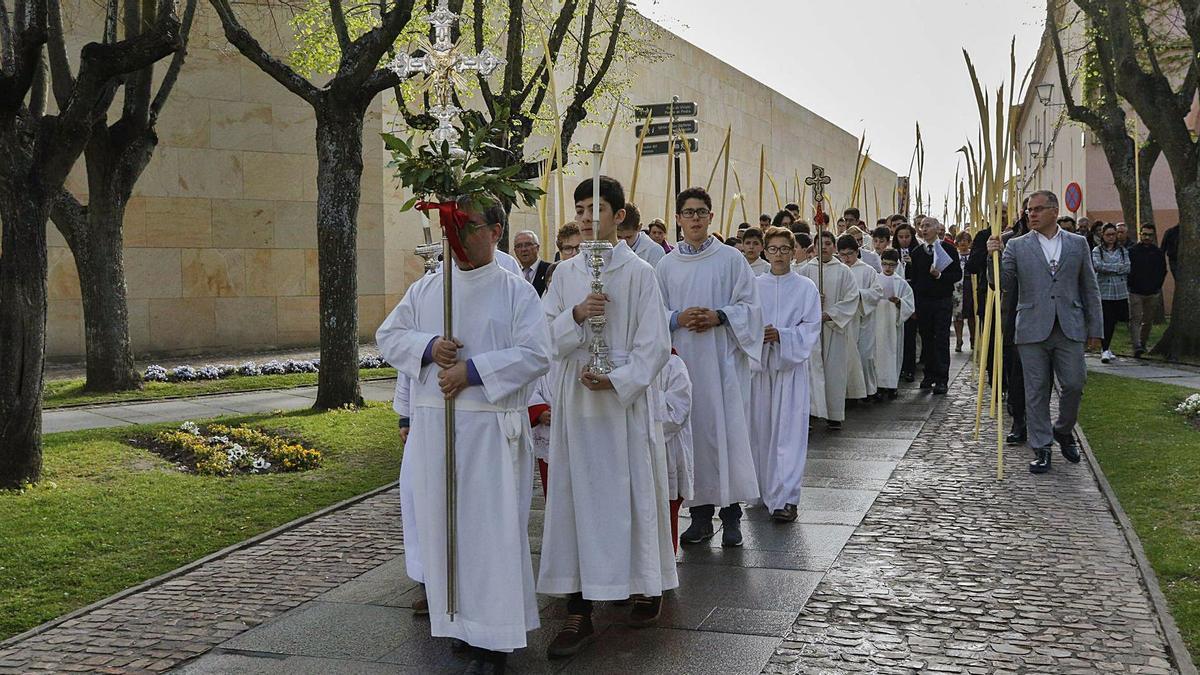 Desfile tras la bendición de palmas en el Domingo de Ramos de 2019. | Jose Luis Fernández