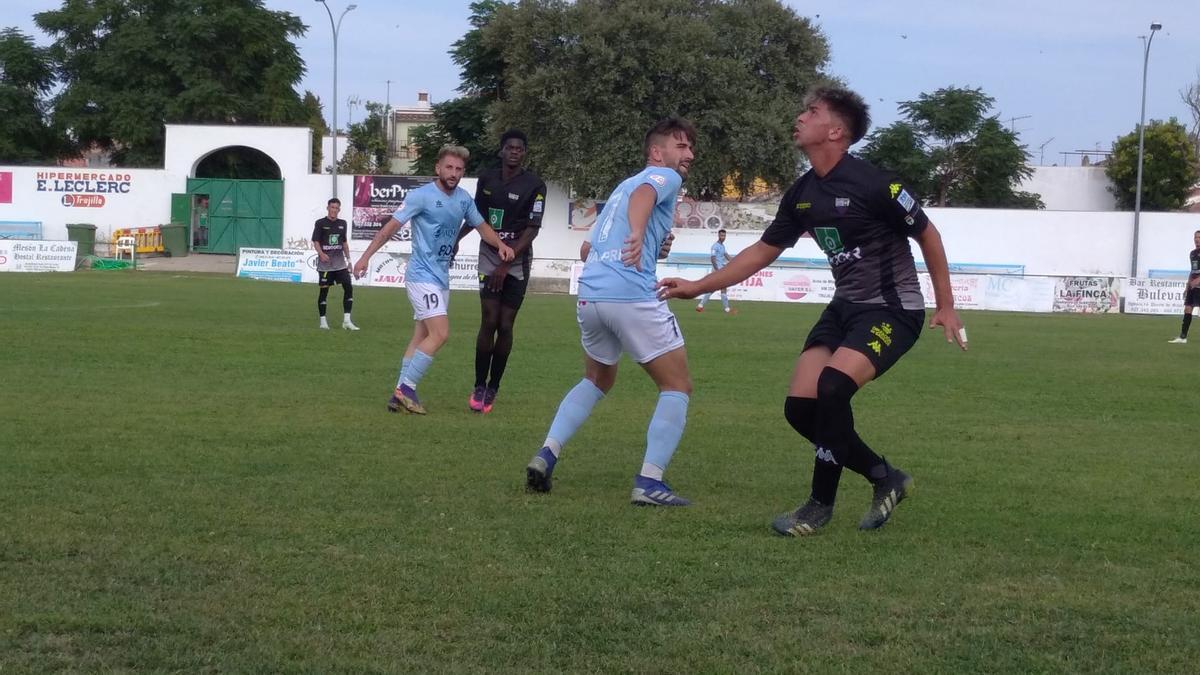 Una acción del duelo entre el Trujillo y el Extremadura B.