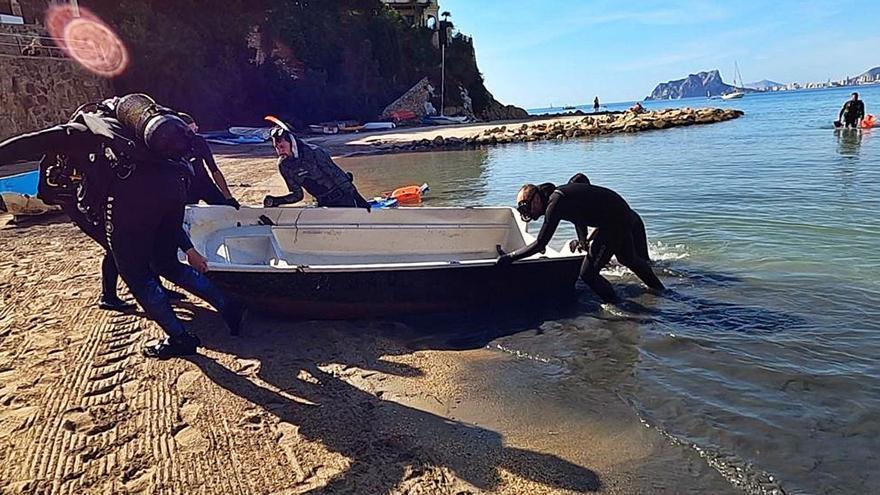 Extraen dos barcas de la playa del Portet