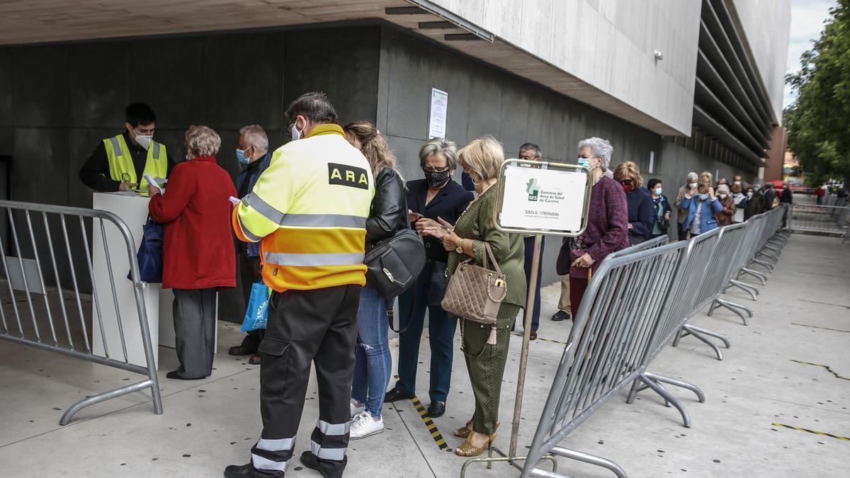 Algunos de los mayores de 70 años que asistieron ayer al llamamiento para vacunarse sin cita en el palacio de congresos de Cáceres.