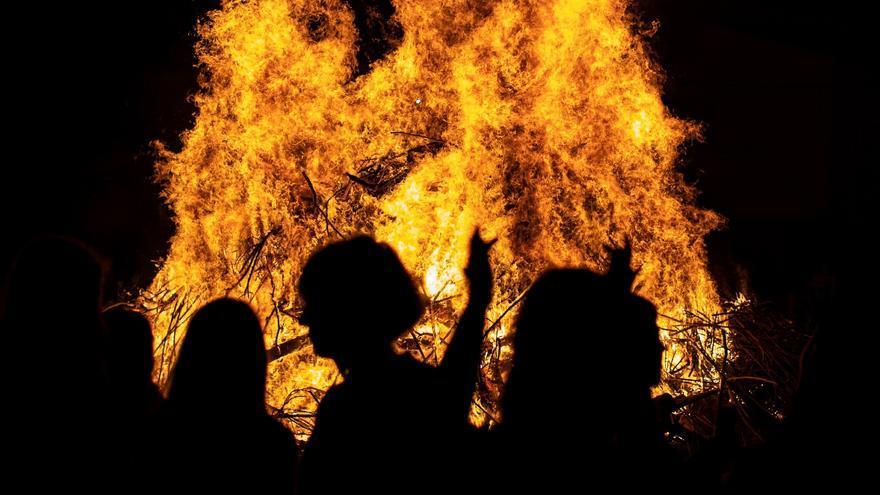 Revetlla de Sant Joan als barris de Girona: fogueres estàtiques i públic assegut