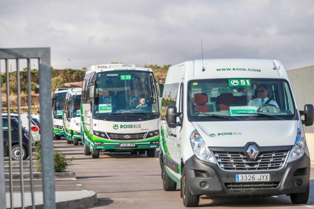 Fila de autobuses para los invitados en la Academia.