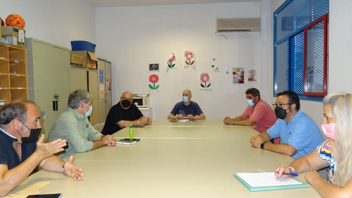 Momento de la reunión entre asociaciones vecinales y la federación de cazadores, este jueves.