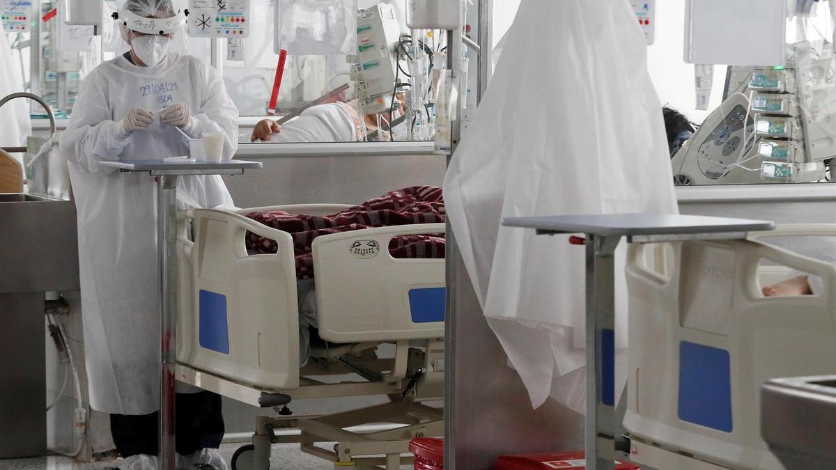 Personal médico trabaja en una unidad de cuidados intensivos para enfermos de covid-19