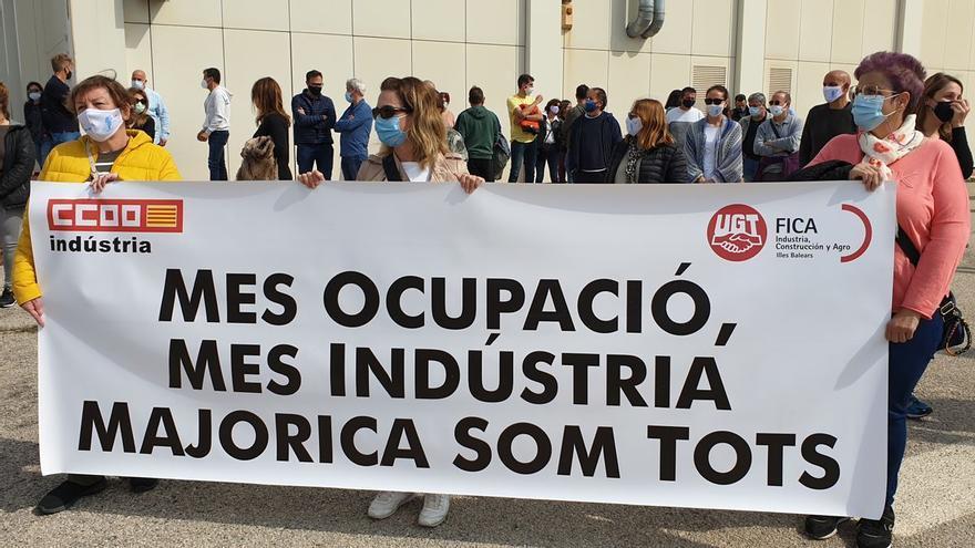 """Un centenar de trabajadores se manifiestan en Manacor bajo el lema """"Majorica som tots"""""""