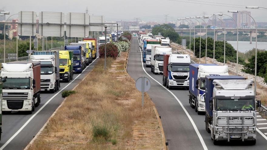 Colas kilométricas en la reapertura del puerto tras la huelga de estibadores