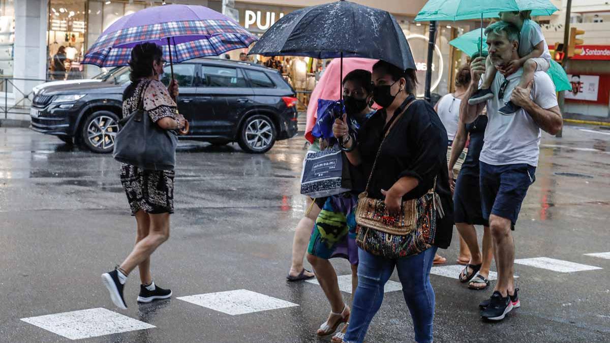 La lluvia torrencial en Formentera provoca más de 15 salidas de los bomberos por inundaciones