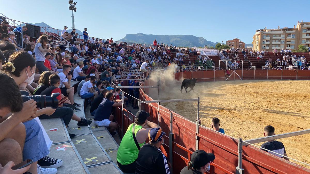 Unas 1.000 personas soportaron ayer las altas temperaturas para poder disfrutar del primer evento taurino en año y medio.