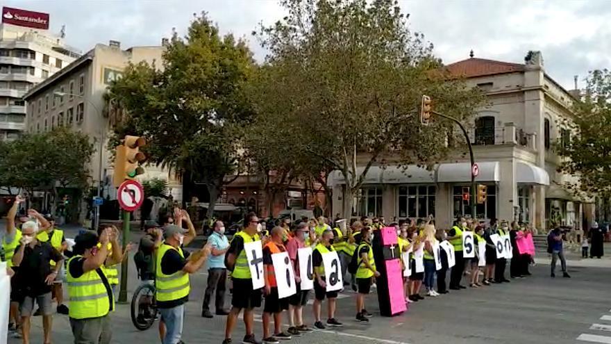 Un centenar de huelguistas de la EMT cortan tres minutos las Avenidas