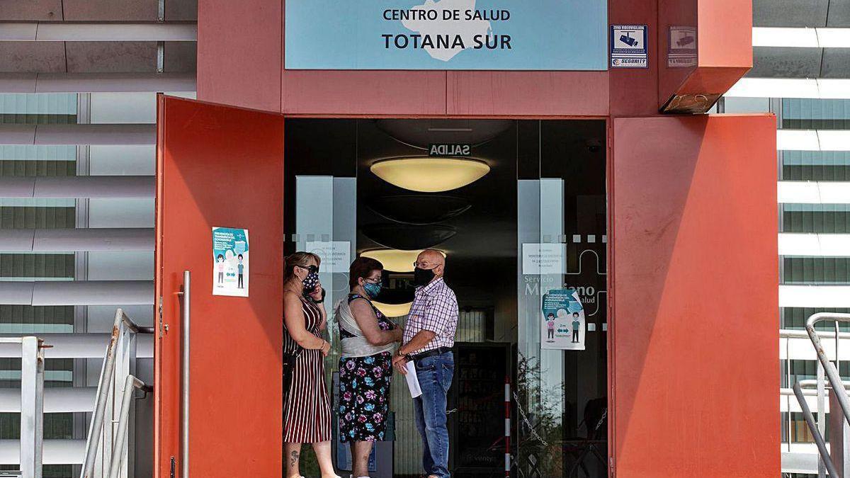 Varias personas esperan para someterse a pruebas PCR en Totana (Murcia).