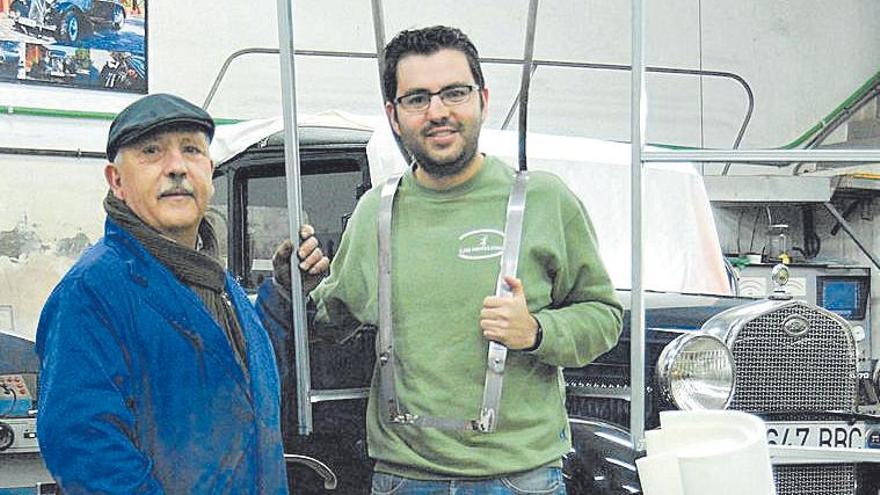 Darío López, con su  padre, maestro López, en su taller.