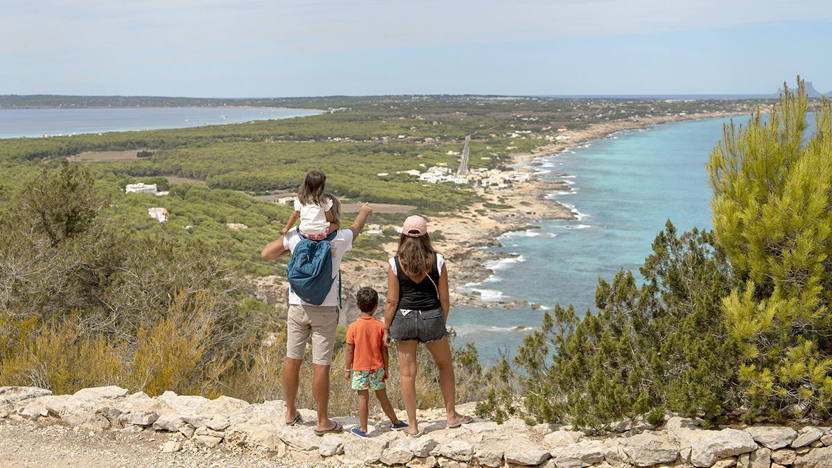 Una familia disfruta de las vistas desde el mirador situado en el camino hacia la Mola