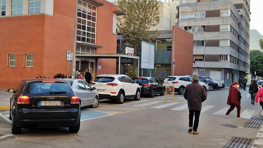 Tavernes Colas de coches para hacerse test PCR ante el centro de salud
