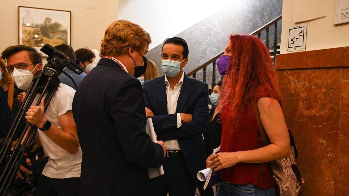 Gragera conversa con los portavoces de la oposición el día de su investidura.