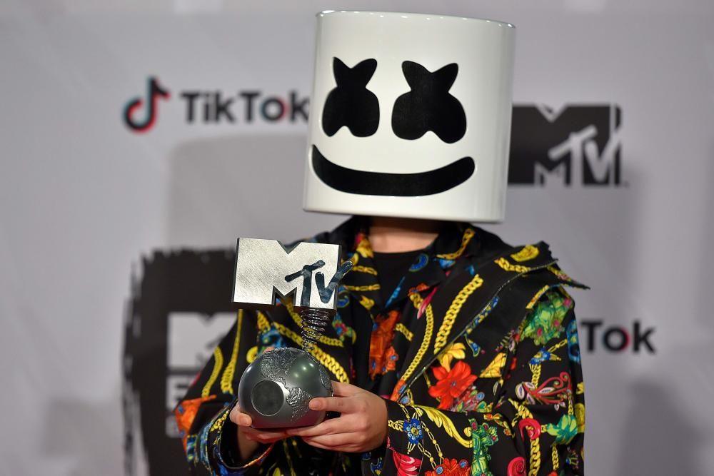 El DJ y productor estadounidense Marshmello posa con el galardón al Mejor Artista de Música Electrónica. ANDER GILLENEA / AFP