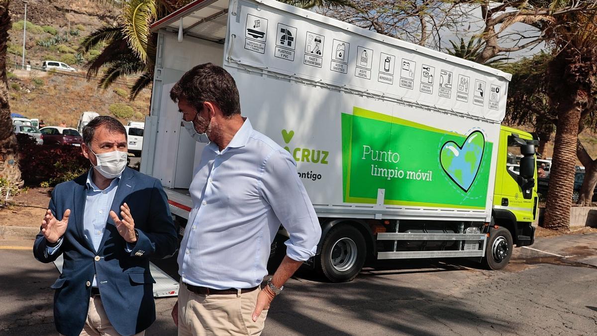 El alcalde de Santa Cruz y el concejal de Servicios Públicos junto al nuevo Punto Limpio móvil.
