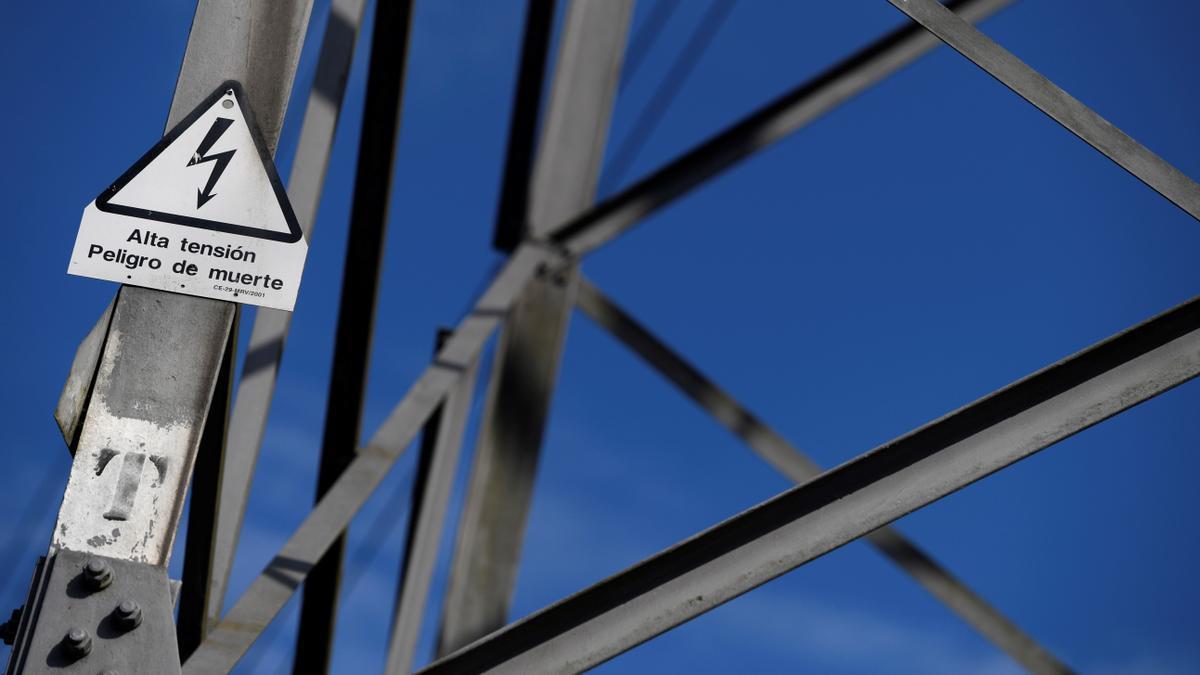 Detalle de una torre de alta tensión.