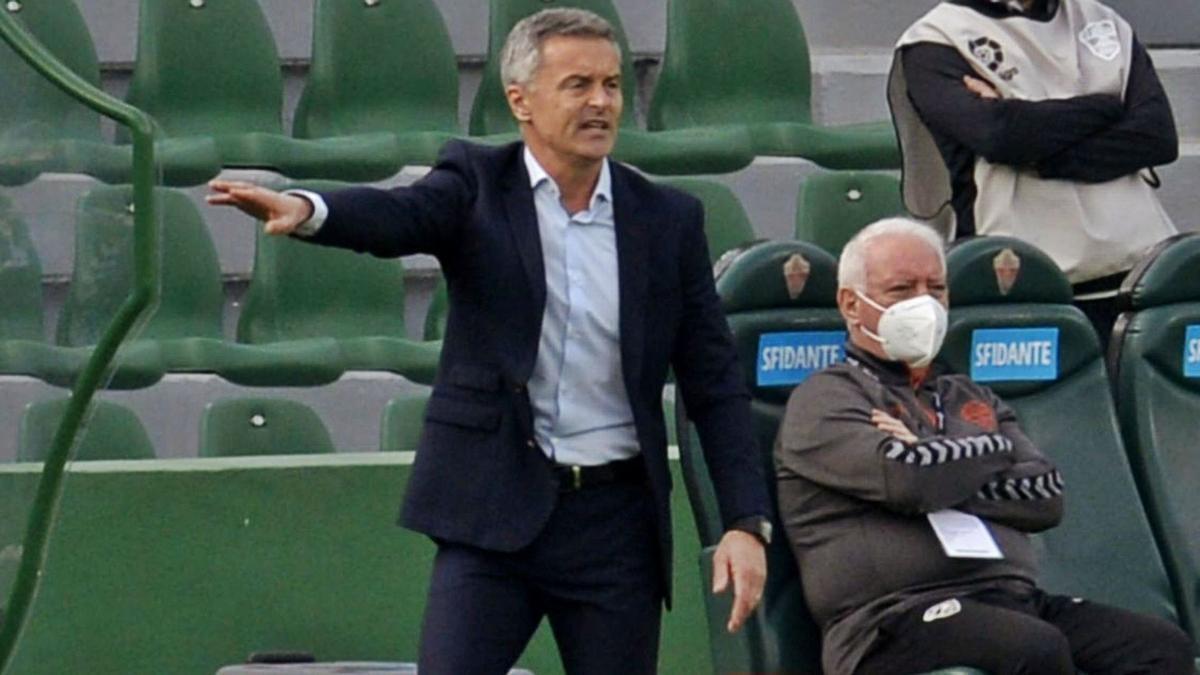 Fran Escribá, dando instrucciones, durante el partido del pasado sábado. . MATÍAS SEGARRA