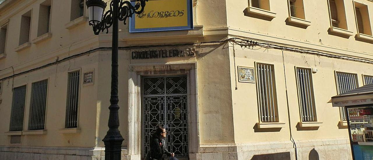 Fachada del antiguo edificio de Correos, motivo del litigio que ha perdido el consistorio.   VICENT M. PASTOR