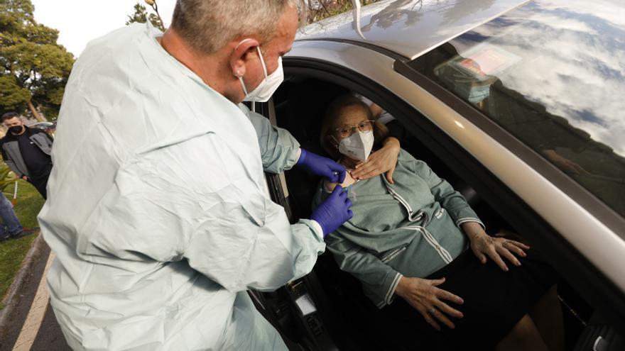 Vacunarse sin salir del coche: así funciona el Autovac en el hospital Monte Naranco de Oviedo