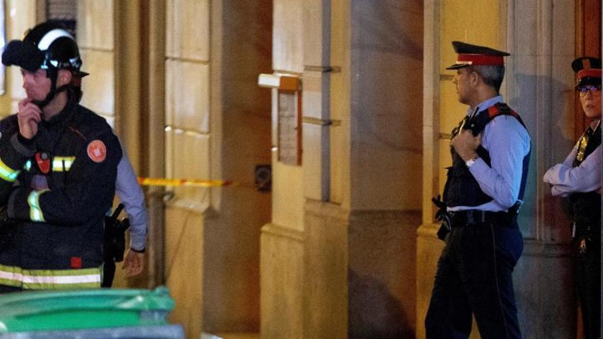 Els Mossos redueixen l'home atrinxerat al seu domicili feia més de 17 hores a Barcelona