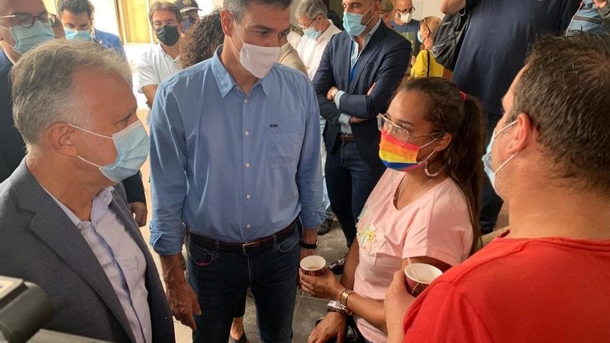 Sánchez, Marlaska y Torres visitan a los evacuados por la erupción del volcán en La Palma