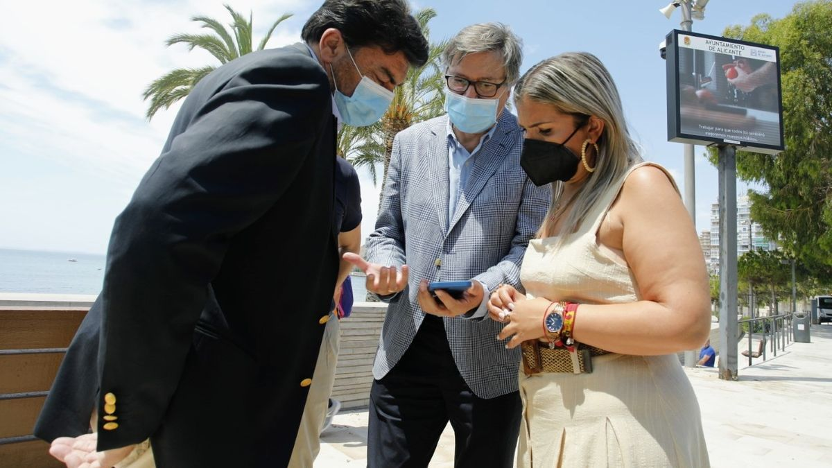 The mayor Barcala, the director of Waters, Javiez Díez, and the councilor Mari Carmen Sánchez, checking the system