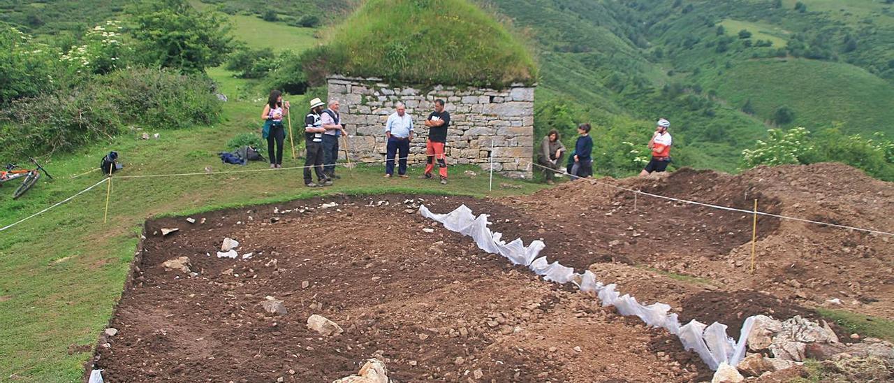 Vecinos y arqueólogos, en la excavación de Buxañe.   R. F. Osorio