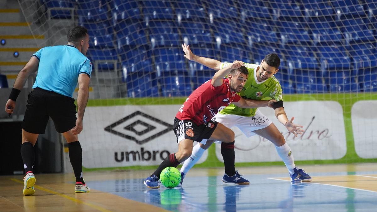 Óscar villanueva aguanta un balón en el partido contra el Palma Futsal.