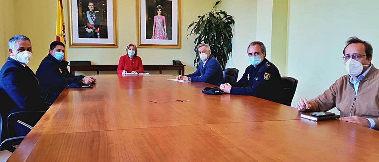 Por la izquierda, Jesús Manuel Álvarez, Pedro Aguado, Delia Losa, Emiliano Sarralde, Luis Claudio Alperi y Carlos Barcia, ayer .   Delegación del Gobierno