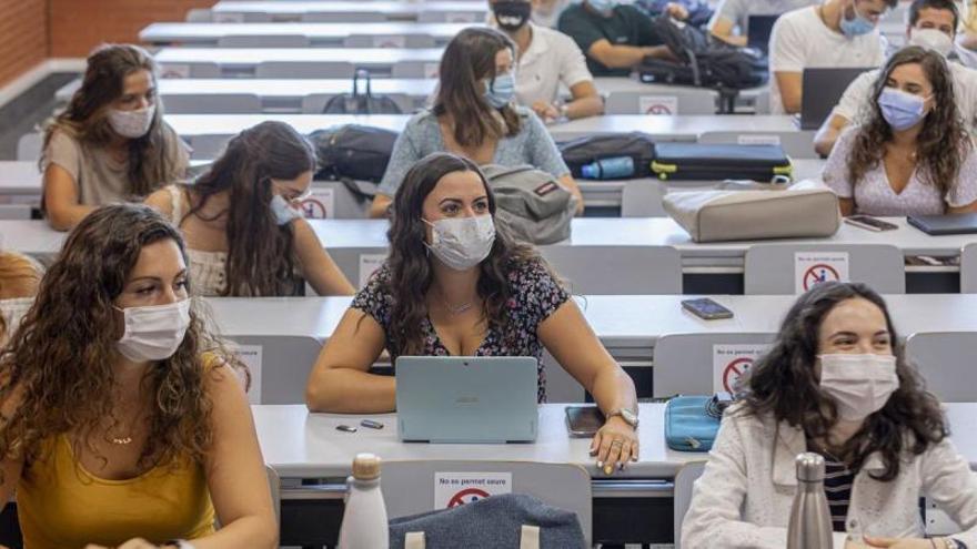 La inmunización estudiantil hará posible un curso universitario presencial