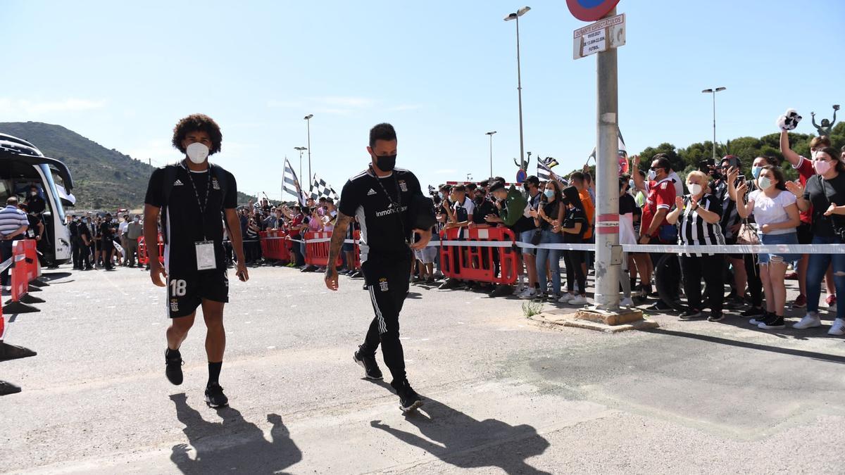 Aficionados recibiendo a los jugadores del FC Cartagena el pasado domingo