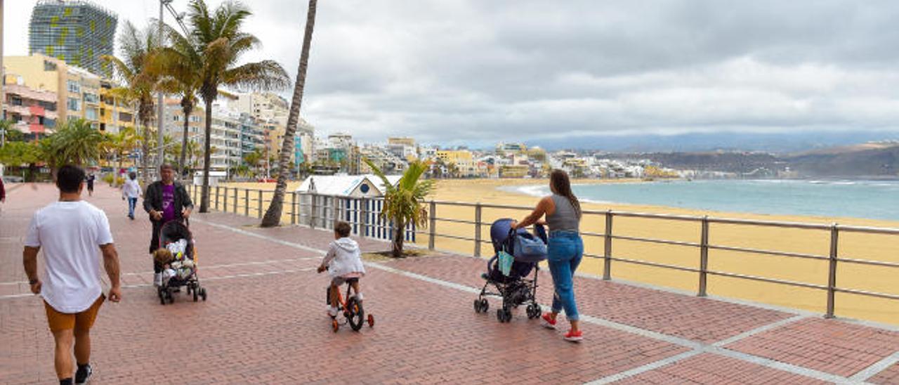 Las Canteras sin terrazas en el Paseo, a la hora prevista para la salida de los niños.