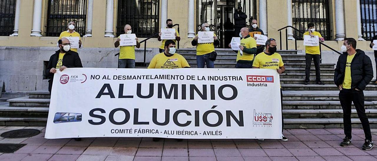 El comité de empresa de Alu Ibérica, ayer, a la entrada del palacio de la Presidencia del Principado. | Julián Rus